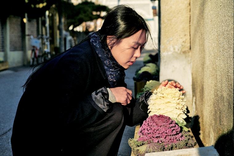 Kim Man-hee arranges flowers
